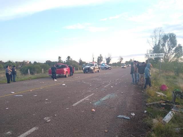 ¡Volcadura de camioneta tripulada por 13 personas dejó 2 lesionados en Aguascalientes!