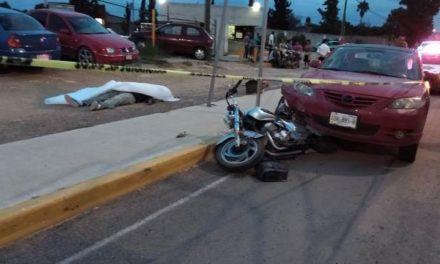 ¡Choque entre un auto y una motocicleta dejó 1 muerto y 1 lesionado en Aguascalientes!