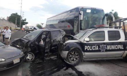 ¡9 lesionados tras carambola entre policías, autobús de pasajeros y automóviles en San Juan de los Lagos!