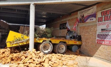 ¡Remolque de camión de volteo se metió a una ferretería en El Llano, Aguascalientes!