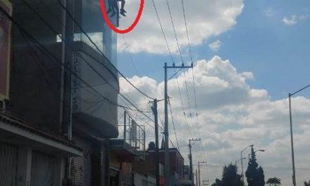 ¡Adolescente pretendía aventarse del tercer piso de un edificio y fue rescatado por policías municipales de Aguascalientes!