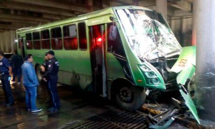 ¡Camión urbano se estrelló contra una columna de concreto de un puente en Aguascalientes: 9 lesionados!