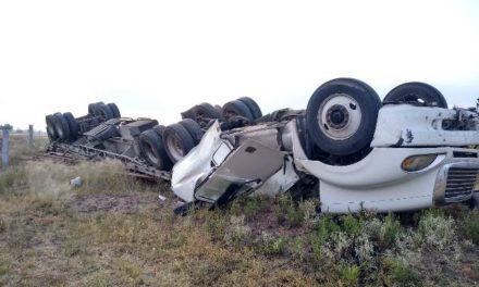 ¡Chofer de tráiler murió prensado tras aparatosa volcadura en Aguascalientes!