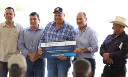 ¡Entrega gobernador del Estado apoyos para modernización de 7 presas!