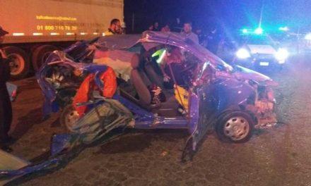 ¡Una joven quedó lesionada y destrozó su auto tras chocar contra un tráiler en Aguascalientes!