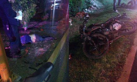 ¡Motociclista murió tras chocar contra un poste de alumbrado público en Aguascalientes!