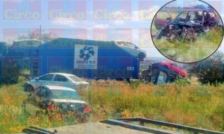 """¡Choque entre un auto y un tráiler """"madrina"""" en Lagos de Moreno dejó 1 lesionado!"""