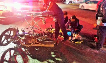 ¡Grave motociclista que chocó contra un tráiler que se le atravesó en Aguascalientes!