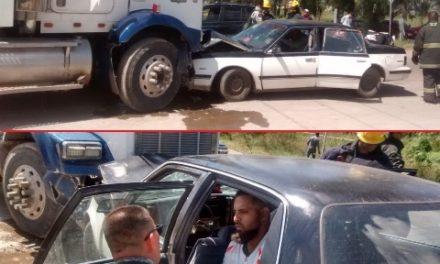 ¡Choque entre un tráiler y un auto en Aguascalientes dejó 2 hermanos lesionados!