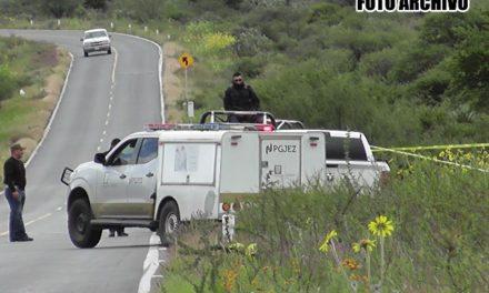 ¡2 hombres esposados murieron tras la volcadura de una camioneta en Mazapil!