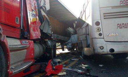 ¡Grave chofer de camión de transporte de personal que chocó contra un tráiler en Aguascalientes!