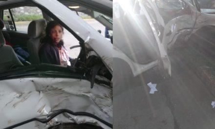 ¡Auto se estrelló fuertemente contra un árbol en Aguascalientes y una mujer resultó lesionada!