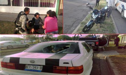 ¡Motociclista se salvó de morir tras estrellarse contra un auto y quebrarle el medallón en Aguascalientes!