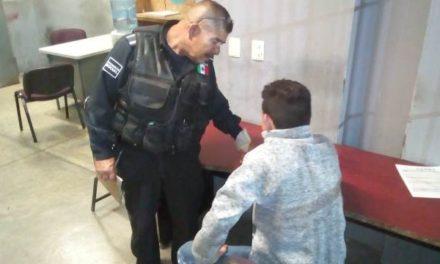 ¡Policías municipales de Aguascalientes evitaron que un joven se arrojara de un puente peatonal!