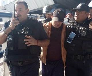 ¡Policías municipales de Aguascalientes evitaron que un hombre se arrojara de un puente peatonal!