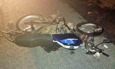 ¡2 jóvenes motociclistas murieron tras chocar de frente contra un auto en Pánuco!