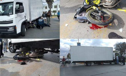 ¡Agoniza motociclista embestido por un camión de carga en Aguascalientes!