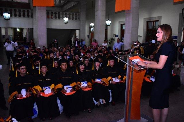 ¡Encabeza Tere Jiménez graduación del Tecnológico Universitario Aguascalientes!