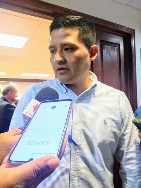 ¡El gobernador deberá acatar la ley y bajarse el sueldo, asegura Héder Guzmán Espejel!