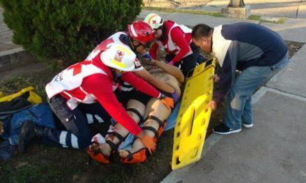 ¡Grave motociclista embestido por un taxi en Aguascalientes!