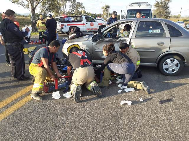 ¡3 lesionados tras fuerte choque entre una motocicleta y un auto en Aguascalientes!