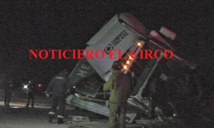 ¡Choque frontal entre una camioneta y un tráiler dejó 2 muertos en Fresnillo!