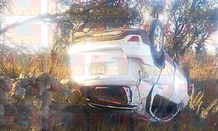 ¡Espectacular volcadura de un vehículo en Lagos de Moreno dejó 1 lesionado!