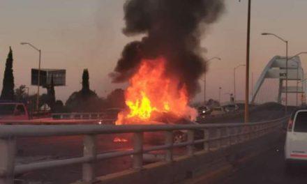 ¡Automóvil en que viajaban madre e hijos chocó y se incendió en el Puente Bicentenario en Aguascalientes!