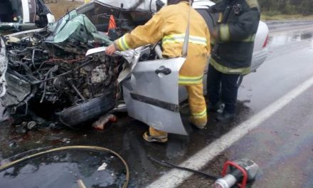 ¡Choque-volcadura entre un auto y una combi de transporte público dejó 1 muerto y 2 lesionados en Aguascalientes!