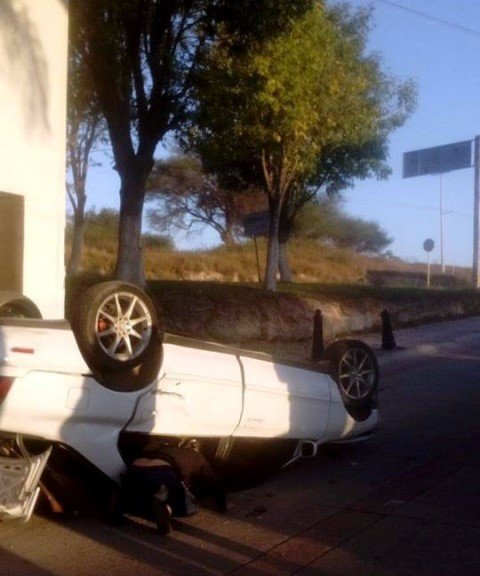 ¡Automóvil volcó en Encarnación de Díaz y el conductor murió!