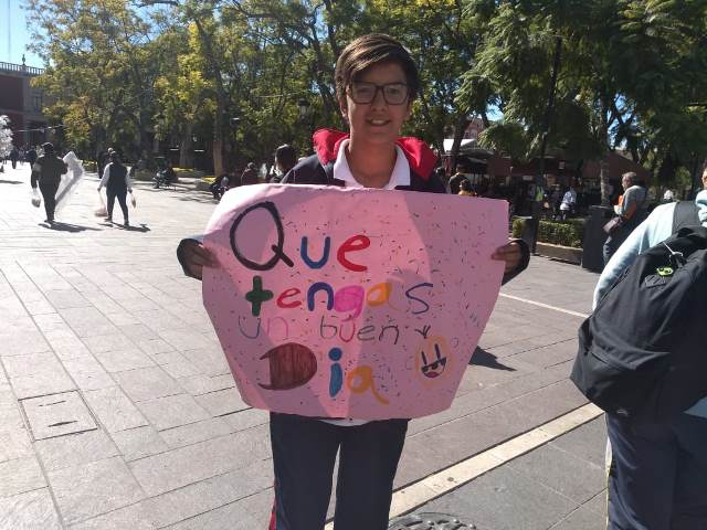 ¡Se manifestaron alumnos de secundaria para motivar a la gente sea feliz!