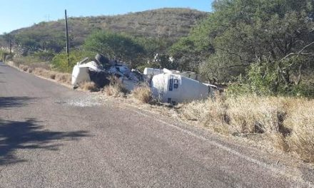 ¡Volcadura de una revolvedora dejó al chofer lesionado en Calvillo, Aguascalientes!