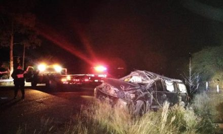 ¡Choque-volcadura entre auto y camioneta dejó 2 lesionados!
