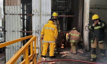 ¡Bomberos sofocaron incendio en fábrica de telas ubicada en el municipio de Jesús María y rescataron a 85 trabajadores!