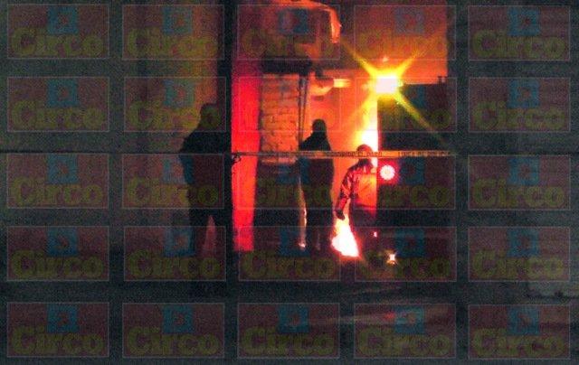 ¡Delincuentes balearon un auto en Fresnillo y provocaron que se incendiara!