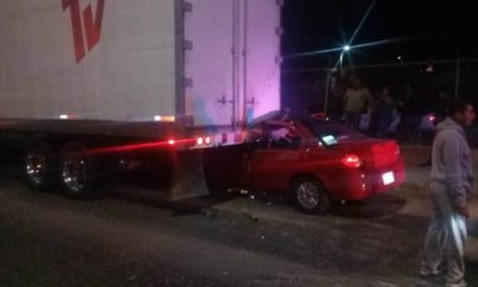 ¡Agoniza automovilista que se estrelló contra un tráiler en Aguascalientes!