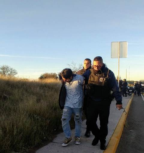 ¡Policías municipales de Aguascalientes detuvieron a uno de dos robacoches tras espectacular persecución y accidente!