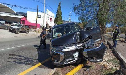 ¡Camioneta chocó contra un poste en Calvillo, Aguascalientes, y dejó 3 lesionados!