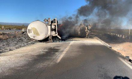 ¡Tráiler cargado con gasolina volcó y explotó en Zacatecas: el chofer murió!