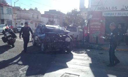 ¡Ebrio provocó un fuerte accidente en Aguascalientes: 2 lesionados!