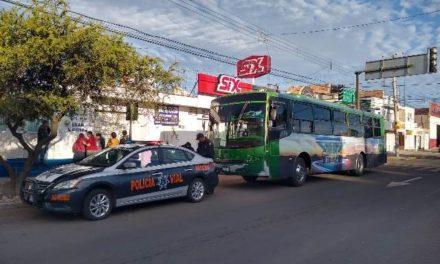 ¡Sexagenaria lesionada tras ser atropellada por un camión urbano en Aguascalientes!