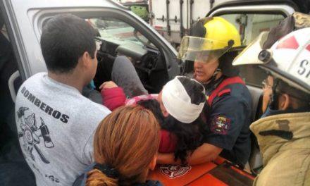 ¡4 lesionados tras fuerte choque entre una combi y un tráiler en Aguascalientes!
