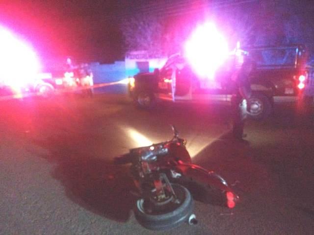 ¡Grave motociclista que chocó contra un auto en Aguascalientes!