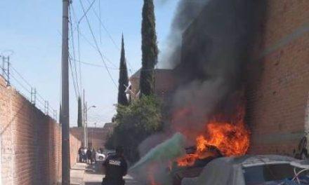 """¡Un """"cholo"""" incendió dos vehículos en Aguascalientes y huyó!"""