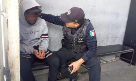 ¡Policías municipales de Aguascalientes rescataron a joven que intentaba arrojarse de un puente vehicular!