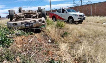 ¡Volcadura de un automóvil dejó un muerto y dos lesionados en Zacatecas!
