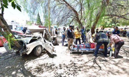 ¡Hombre quedó prensado y lesionado en su camioneta tras accidente en Aguascalientes!