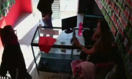 ¡Pareja asaltó negocio de venta de accesorios para celulares en Aguascalientes!
