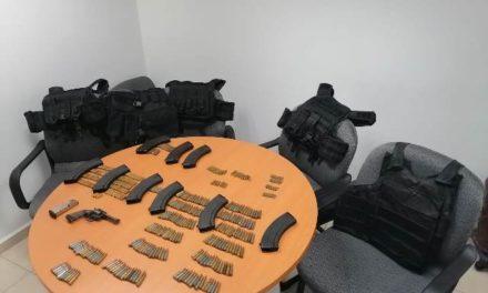 ¡Policías estatales de Aguascalientes aseguraron dos vehículos con un arma de fuego, cargadores, cartuchos y chalecos tácticos!
