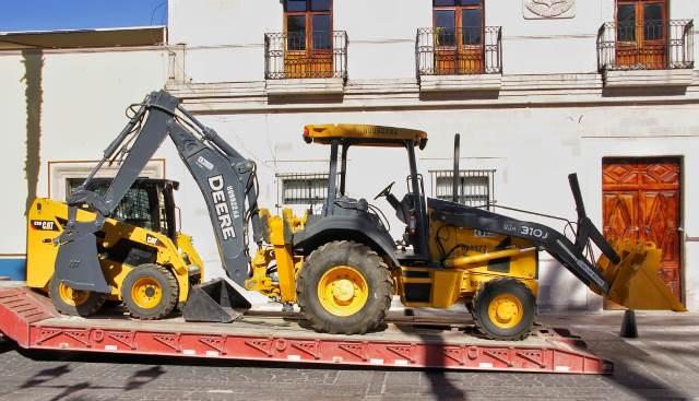¡Entrega Toño Arámbula una retroexcavadora a obras públicas!